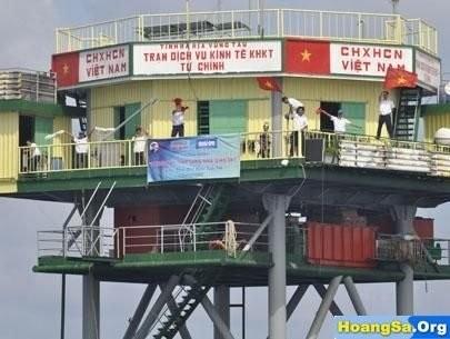 Upacara membakar hio untuk mengenangkan para pahlawan yang gugur untuk membela kepulauan Truong Sa dan Hoang Sa - ảnh 1