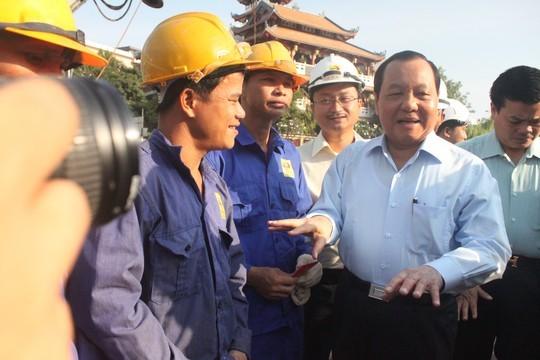 Pimpinan kota Ho Chi Minh mengunjungi kaum buruh yang sedang membangun jembatan - ảnh 1