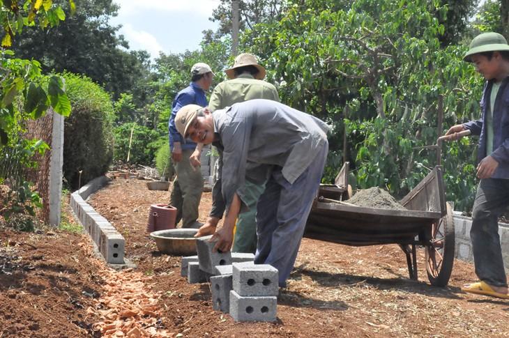 Pengalaman mengerahkan tenaga rakyat dalam pembangunan pedesaan baru di provinsi Dac Lac - ảnh 3