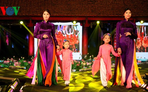 """Kecantikan kaum wanita Vietnam melalui """"Baju Ao Dai kita"""" - ảnh 1"""