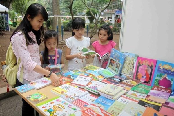 Menyampaikan penghargaan kampanye penciptaan sastra untuk anak-anak tahap 2013-2015 - ảnh 1