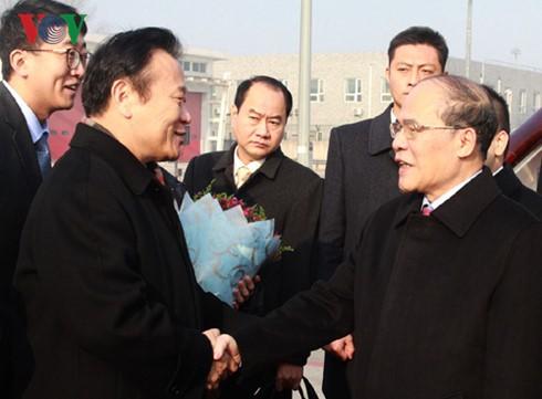Ketua MN Vietnam, Nguyen Sinh Hung tiba di Beijing memulai kunjungan persahabatan resmi di Tiongkok - ảnh 1
