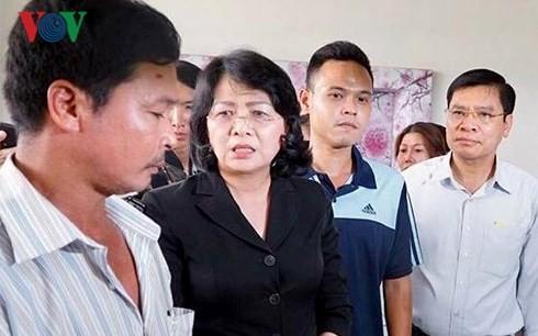 Wakil Presiden Dang Thi Ngoc Thinh menyapa dan menyemangati para korban di apartemen Carina Plaza - ảnh 1