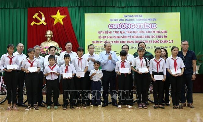 Deputi Harian PM Truong Hoa Binh mengunjungi rakyat etnis minoritas dan keluarga yang mendapat kebijakan prioritas di Provinsi Binh Phuoc - ảnh 1