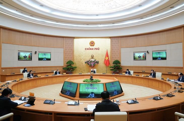 PM Nguyen Xuan Phuc memimpin rapat Badan Harian Pemerintah tentang pencegahan dan pemberantasan wabah Covid-19 - ảnh 1