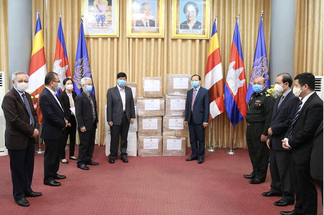 Menghadiahkan peralatan medis melawan wabah Covid-19 kepada rakyat Kamboja - ảnh 1