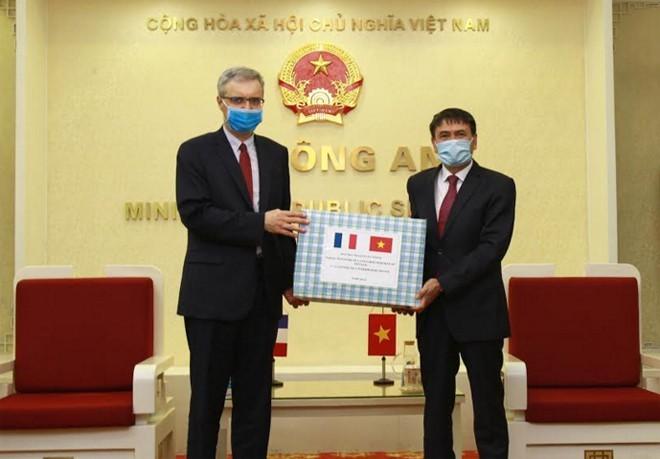 Kementerian Keamanan Publik menghadiahkan masker kepada Kementerian Dalam Negeri Perancis untuk mencegah dan memberantas wabah Covid-19 - ảnh 1