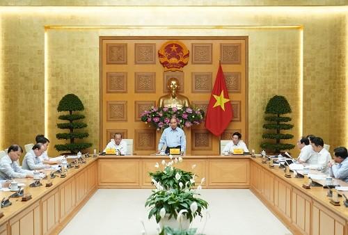 PM Nguyen Xuan Phuc: Berfokus pada langkah dan cara yang praksis dan konkret untuk menyambut arus pergeseran investasi ke Viet Nam - ảnh 1