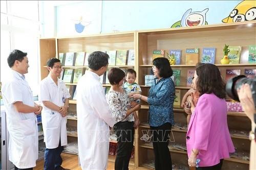 Wakil Presiden Viet Nam mengunjungi dan memberikan bingkisan pasien kanker anak-anak di Rumah Sakit Kanker K - ảnh 1