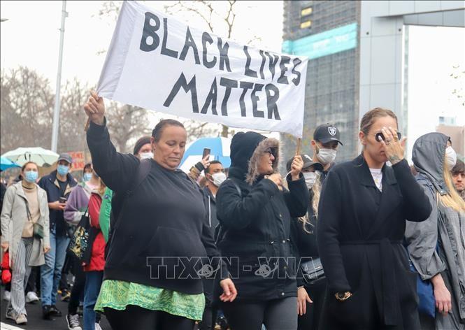 Demonstrasi menentang rasisme melanda luas ke luar garis perbatasan AS - ảnh 1