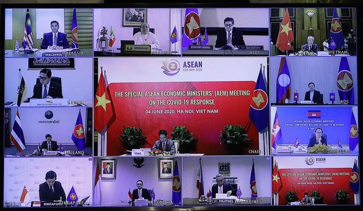 Konferensi Menteri Ekonomi ASEAN: Mengesahkan Rencana Aksi Ha Noi-Memperkuat kerjasama  untuk menghadapi wabah Covid-19 - ảnh 1
