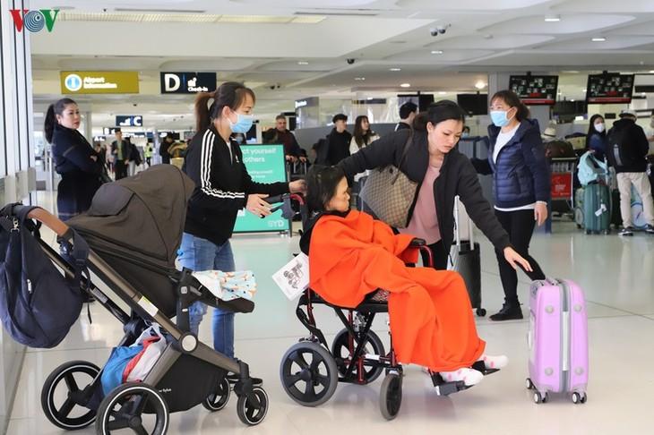 Lebih dari 350 warga negara Viet Nam di Australia dan Selandia Baru baru saja dipulangkan ke tanah air - ảnh 1