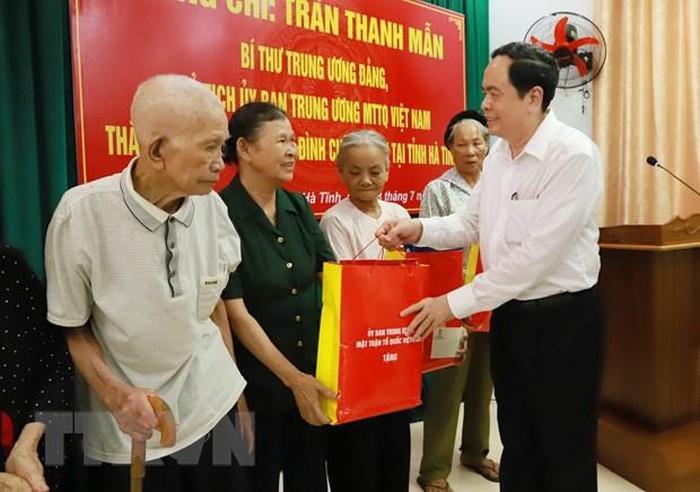 Ketua Pengurus Besar Front Tanah Air Viet Nam memberikan bingkisan kepada keluarga-keluarga yang mendapat kebijakan prioritas di Provinsi Ha Tinh - ảnh 1