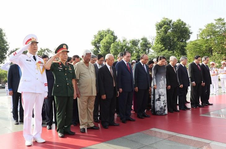 Pimpinan Partai Komunis, Negara dan Front Tanah Air Viet Nam  mengenangkan para martir dan masuk Mousoleum untuk berziarah kepada Presiden Ho Chi Minh - ảnh 1