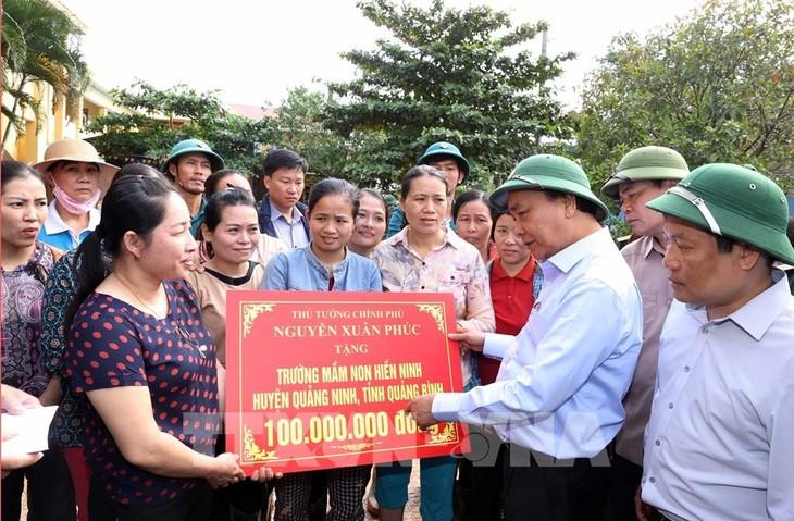 PM Pemerintah memutuskan memberikan bantuan darurat sementara sebesar 500 miliar VND bagi berbagai provinsi di Viet Nam Tengah - ảnh 1