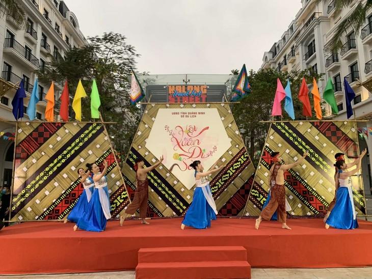 """Pembukaan Festival Pariwisata Jalanan Ha Long ke-2 dengan Tema """"Festival Musim Semi Pusaka"""" - ảnh 1"""