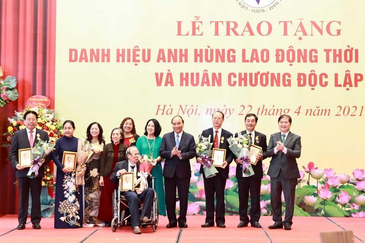 Presiden Nguyen Xuan Phuc Sampaikan Gelar Pahlawan Kerja dan Bintang Kemerdekaan kepada Orang-Orang yang Berjasa - ảnh 1