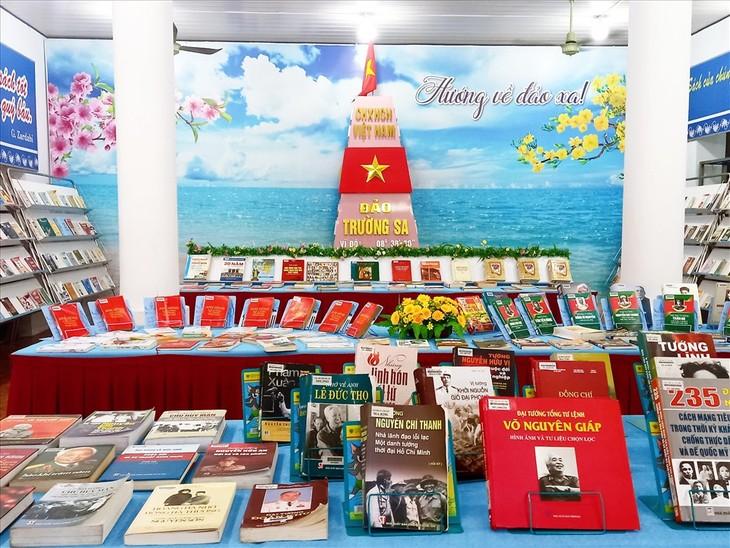 "Kota Can Tho Buka Pameran Foto ""Festival Tanah Air"" dan Pameran Buku Tematik ""Talenta Viet Nam"" - ảnh 1"