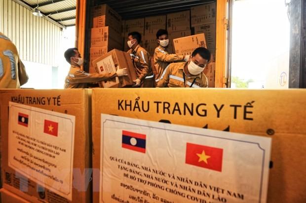 Koran Laos Meliput Bantuan Viet Nam dalam Perang Menanggulangi Wabah Covid-19 - ảnh 1