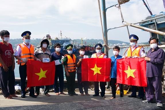 Polisi Laut Berjalan Bersama dengan Nelayan Kabupaten Pulat Bach Long Vi - ảnh 1