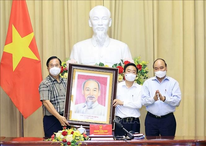 Presiden Nguyen Xuan Phuc Menemui Orang-Orang Tipikal Cabang Pertekstilan Viet Nam - ảnh 1