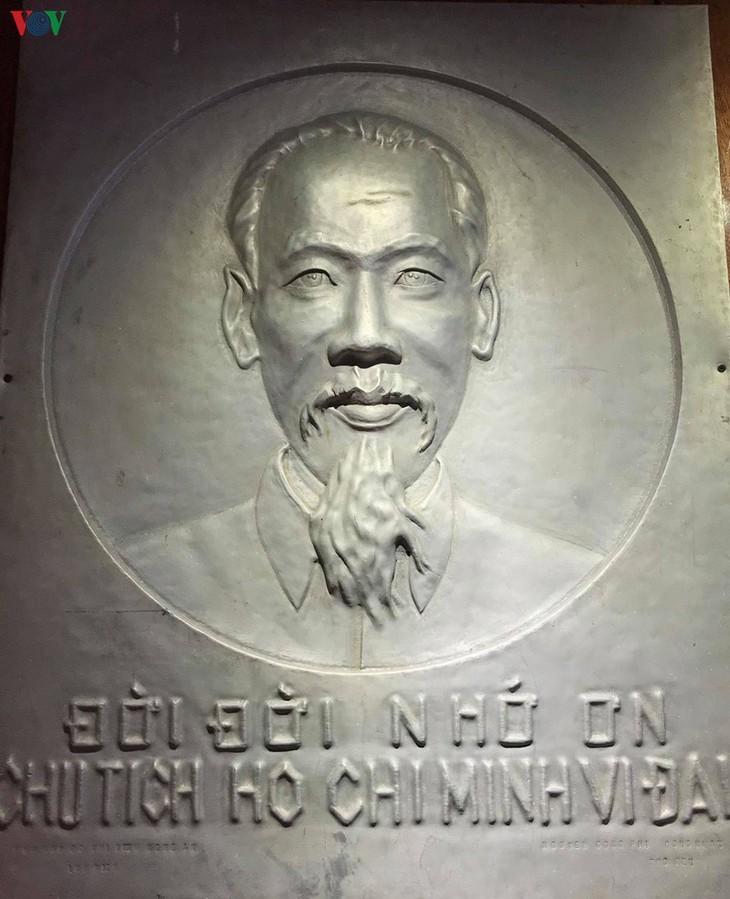 ເຮືອນມຸງຫຍ້າທີ່ລຽບງ່າຍຊຶ່ງລຸງໂຮ່ໄດ້ຢູ່ໃນຄາວເຍົາໄວແຕ່ປີ 1901 – 1906 - ảnh 15