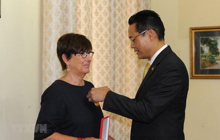 Vietnam condecora a la ex embajadora belga con distinción de amistad - ảnh 1
