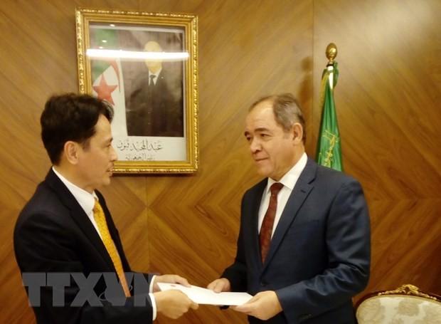Presidente argelino exalta logros de Vietnam en camino de desarrollo - ảnh 1