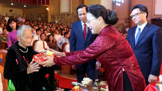 Presidenta del Parlamento de Vietnam honra a personas meritorias con la Patria - ảnh 1