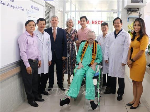 No se debe ser negligente ante el virus SARS-CoV-2, recuerda paciente británico Stephen Cameron - ảnh 1
