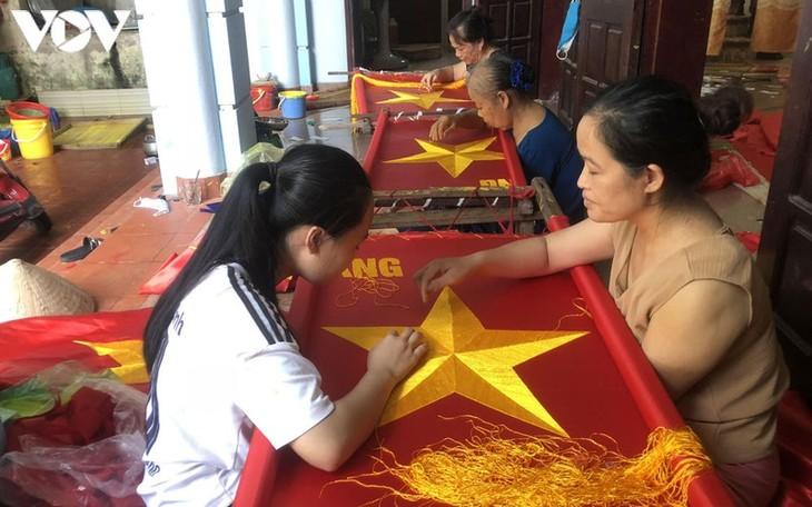 Tu Van, la aldea artesanal dedicada a la confección de la bandera nacional - ảnh 2