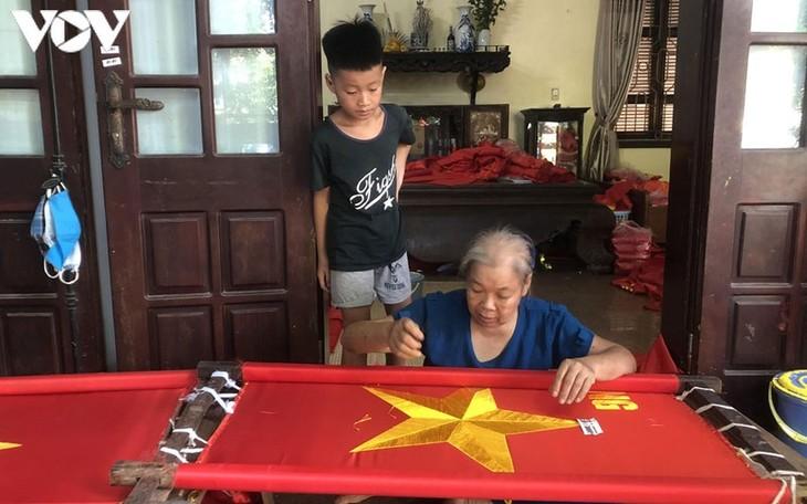 Tu Van, la aldea artesanal dedicada a la confección de la bandera nacional - ảnh 1