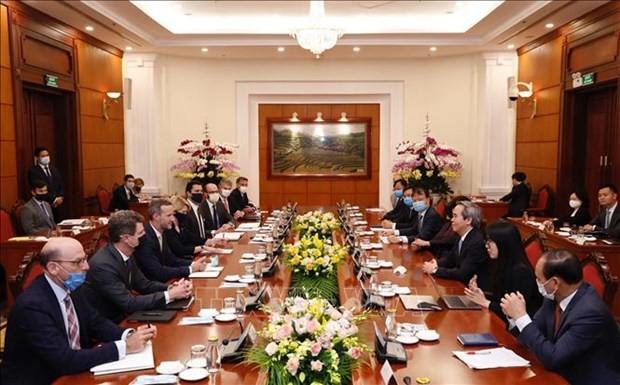 Jefe del Departamento Económico del Partido Comunista de Vietnam recibe al director general de la DFC - ảnh 1