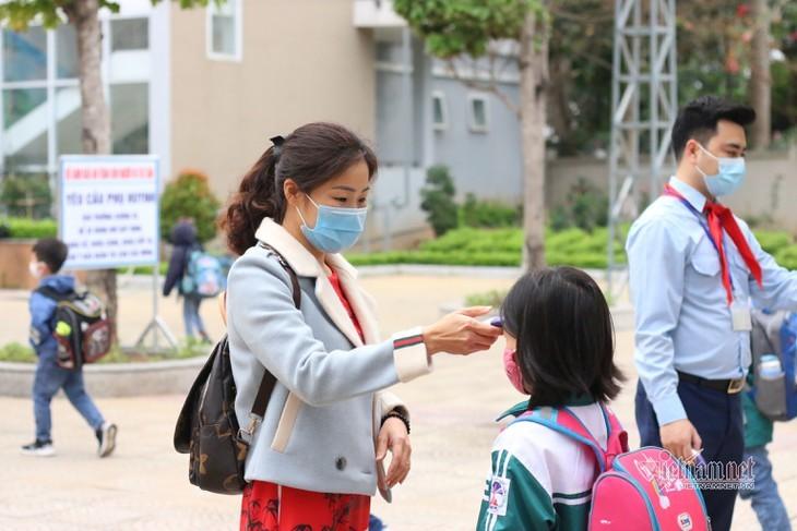 Los alumnos vietnamitas vuelven a la escuela con el cumplimiento de obligaciones antiepidémicas - ảnh 10