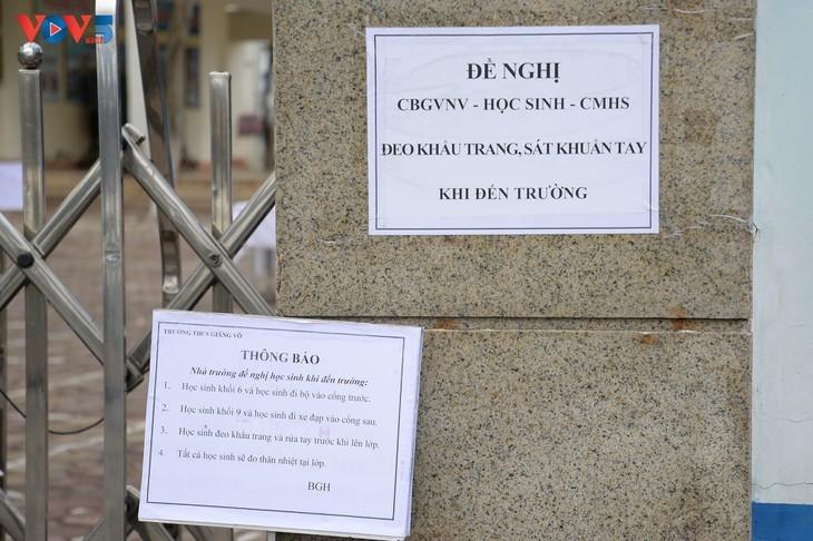 Los alumnos vietnamitas vuelven a la escuela con el cumplimiento de obligaciones antiepidémicas - ảnh 12