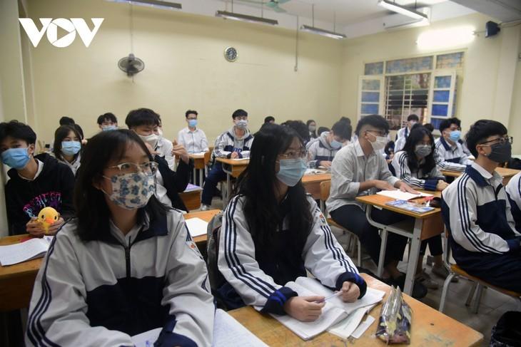 Los alumnos vietnamitas vuelven a la escuela con el cumplimiento de obligaciones antiepidémicas - ảnh 13