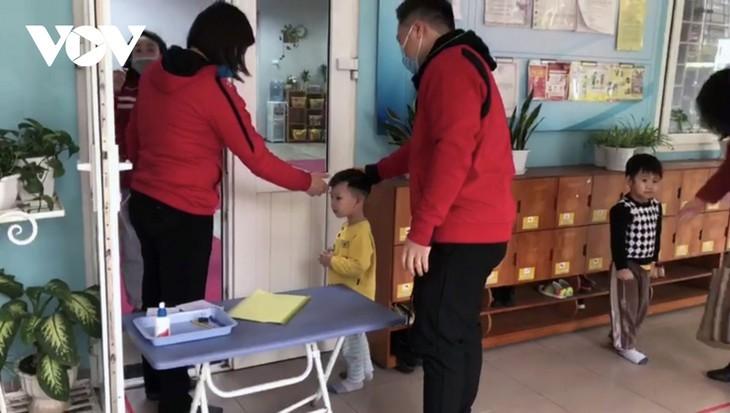 Los alumnos vietnamitas vuelven a la escuela con el cumplimiento de obligaciones antiepidémicas - ảnh 15