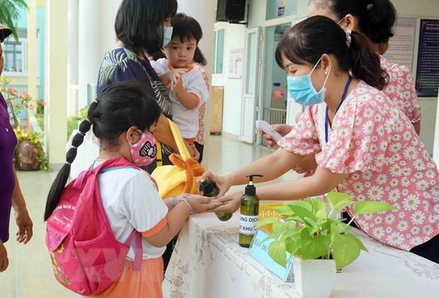 Los alumnos vietnamitas vuelven a la escuela con el cumplimiento de obligaciones antiepidémicas - ảnh 1