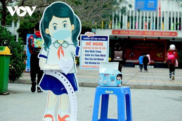 Los alumnos vietnamitas vuelven a la escuela con el cumplimiento de obligaciones antiepidémicas - ảnh 17