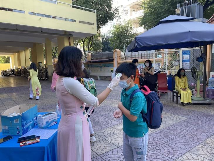 Los alumnos vietnamitas vuelven a la escuela con el cumplimiento de obligaciones antiepidémicas - ảnh 2