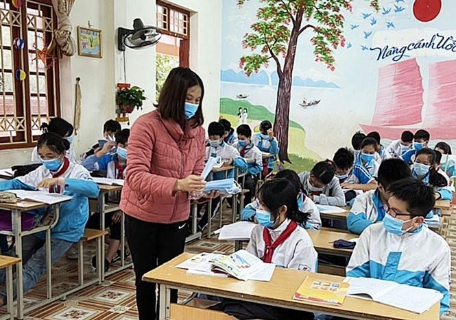 Los alumnos vietnamitas vuelven a la escuela con el cumplimiento de obligaciones antiepidémicas - ảnh 3