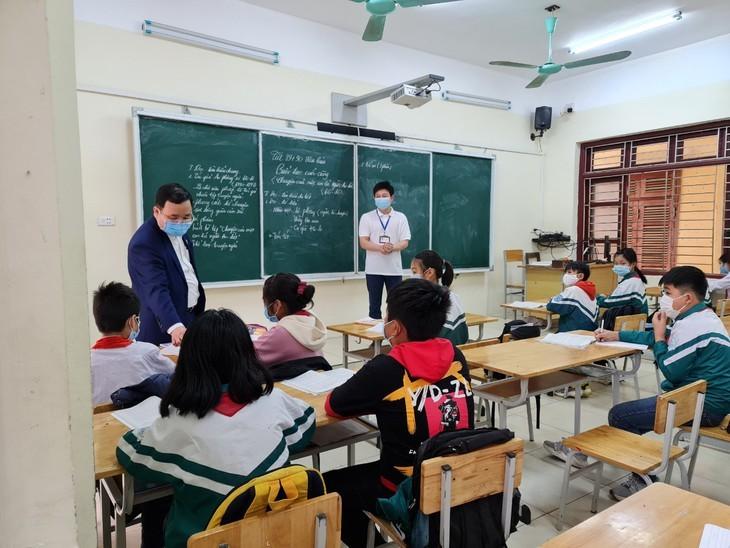 Los alumnos vietnamitas vuelven a la escuela con el cumplimiento de obligaciones antiepidémicas - ảnh 5