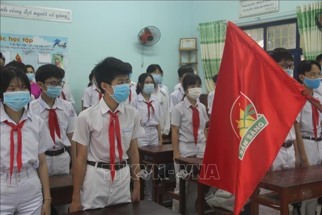 Los alumnos vietnamitas vuelven a la escuela con el cumplimiento de obligaciones antiepidémicas - ảnh 7