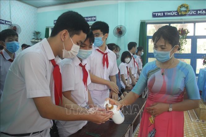 Los alumnos vietnamitas vuelven a la escuela con el cumplimiento de obligaciones antiepidémicas - ảnh 8