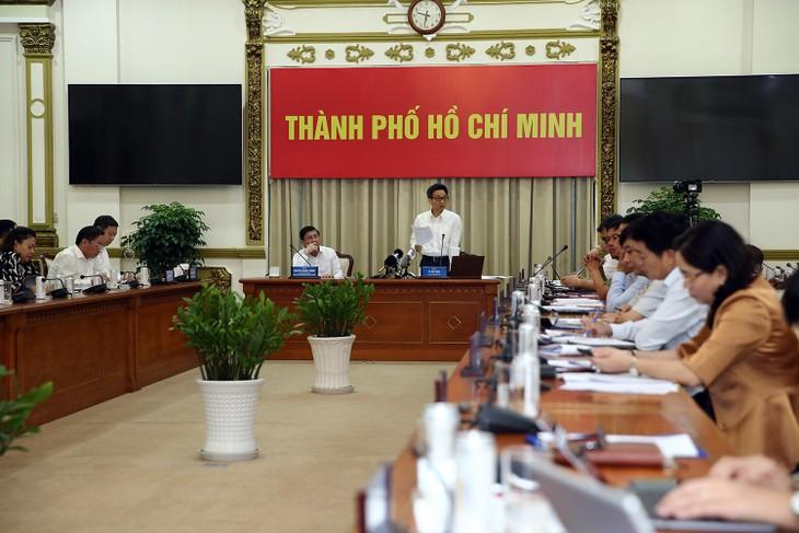 Gobierno vietnamita pide impulsar el control de las aglomeraciones en respuesta al covid-19 - ảnh 1