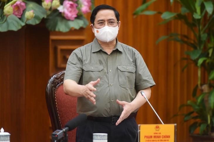 El primer ministro vietnamita demanda tratar estrictamente las violaciones en la lucha antiepidémica - ảnh 1