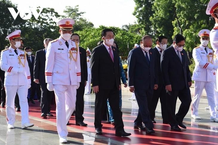 Líderes del Partido y el Estado rinden homenaje a héroes y mártires - ảnh 1
