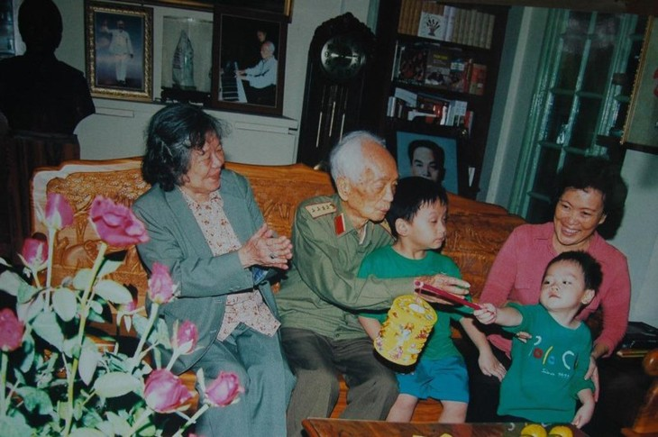El general Vo Nguyen Giap a través de la lente del fotógrafo Tran Hong - ảnh 3