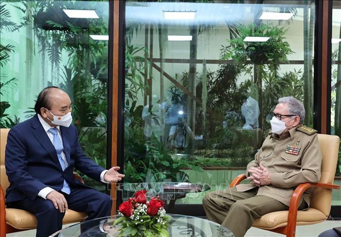 Presidente vietnamita Nguyen Xuan Phuc se reúne con el general cubano Raúl Castro Ruz - ảnh 1