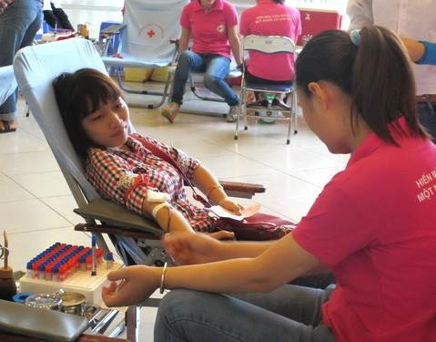 クアンガイ、献血者を表彰 - ảnh 1